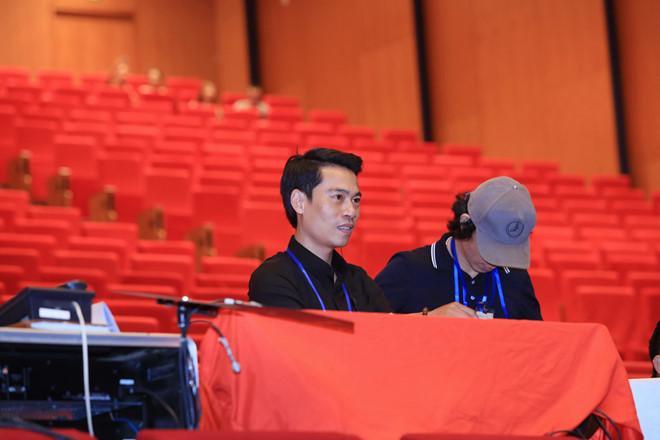 Đạo diễn Phạm Hoàng Giang chuẩn bị cho một sự kiện