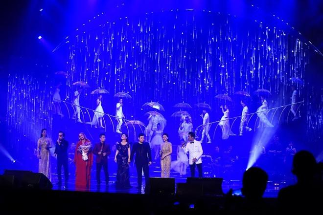 Sân khấu với âm thanh, ánh sáng được đầu tư kỹ lưỡng.